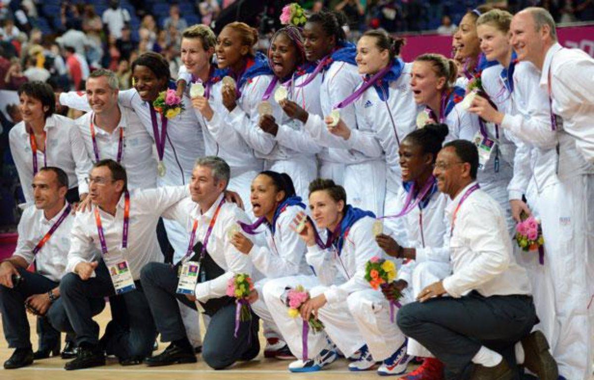 Les joueuses de l'équipe de France de basket, médaillées d'argent aux Jeux olympiques de Londres, le 11 août 2012. – AFP