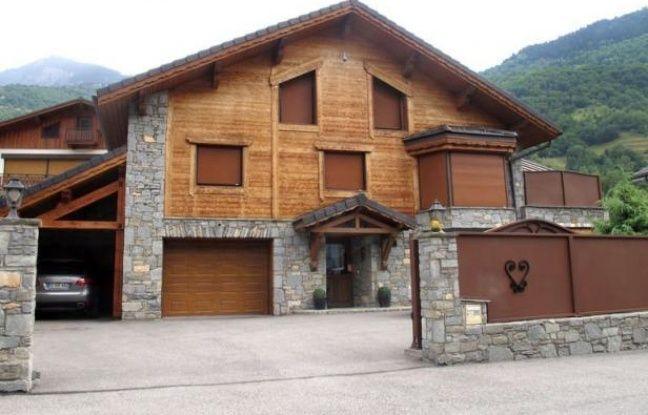 Le jeune homme soupçonné d'avoir tué son père et ses deux frères de huit et dix-sept ans lors d'un drame familial en Savoie a été mis en examen pour assassinats dans la nuit de samedi à dimanche et écroué.