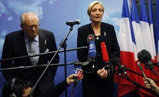 Jean-Marie Le Pen et sa fille Marine après l'élection de cette dernière à la tête du FN le 16 janvier 2011 à Tours.