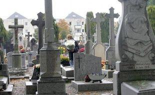 Une centaine de tombes du cimetière nord de Rennes ont été la cible depuis fin mars de voleurs qui en ont arraché les métaux de valeur, a-t-on appris mardi de sources concordantes.