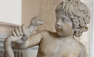 Une statue d'Hercule le représentant tuant un serpent.