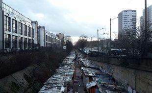 Ce bidonville était installé depuis des mois sur une voie de chemin de fer désaffectée dans le nord de Paris.