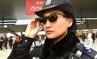 Une policière chinoise porte des lunettes intelligentes avec un système de reconnaissance faciale