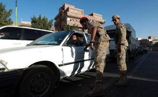 Treize personnes, dont trois enfants, ont été tuées vendredi lorsque un char de l'armée a tiré des obus sur une tente funéraire dressée dans une école dans le sud du Yémen, ont indiqué des témoins et une source médicale à l'AFP.