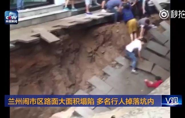 Un trou a emporté des passants dans la ville de Lanzhou en Chine