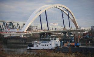 Strasbourg le 7 décembre. Installation du pont sur le Rhin côté français.