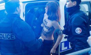 Arrestation d'une Femen, le 10 novembre 2018 devant l'Arc de Triomphe à Paris.