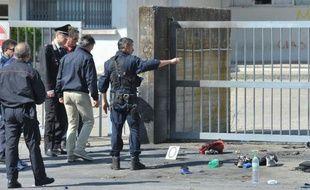 Deux personnes ont été interrogées par la police de Brindisi (sud-est de l'Italie) dans le cadre de l'enquête sur l'attentat qui a tué une élève et en a blessé cinq autres samedi matin devant un lycée de la ville, a indiqué dimanche le site internet du Corriere della Sera