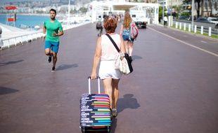 Une touriste sur la promenade des Anglais, à Nice