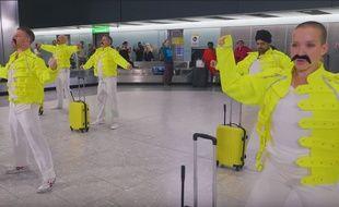 Les bagagistes de l'aéroport de Londres ont rendu hommage au chanteur de Queen, Freddie Mercury.