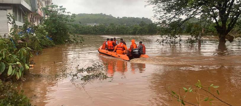 Opération de secours à Chiplun (Maharashtra) en Inde le 23 juillet 2021.