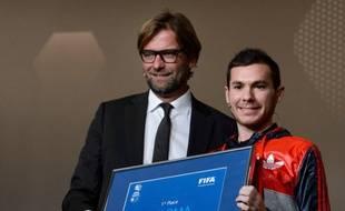 Bruce Grannec (à droite) recevant le prix de meilleur joueur mondial de Fifa 2013 des mains de Jurgen Klopp, l'entraîneur de Dortmund, le 13 janvier 2014 à Zurich.