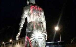 La statue de Ronaldo taggée par des fans de Messi.