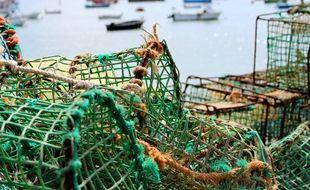 Des casiers de pêche sur le quai d'un port