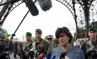 Sylvie Goulard rencontre des militaires de l'Opération Sentinelle à Paris, le 20 mai 2017.