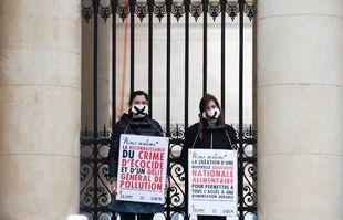 Une dizaine de militantes d'Extinction Rebellion se sont enchainées aux grilles de l'Assemblée nationale à Paris, pour fustiger le projet de loi climat, le 4 mai 2021.