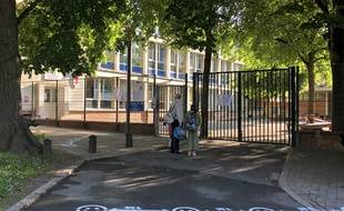Lille, le 14 mai 2020. Une partie des élèves des classes élémentaires de Lille a repris le chemin de l'école. Ici, à l'école Lalo Clément