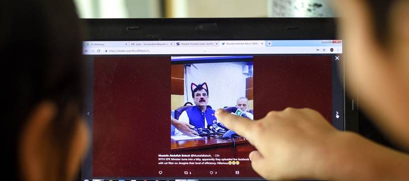 Un homme politique pakistanais s'est vu affubler d'oreilles et de moustaches de chat virtuelles lors d'une conférence de presse retransmise vendredi sur Facebook live