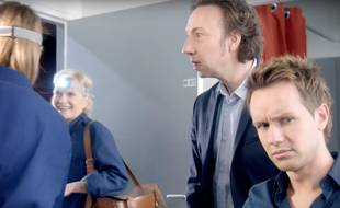 Sidonie Bonnec (de dos), Catherine Ceylac, Stéphane Bern et Cyril Féraud dans un clip  en faveur de la mixité professionnelle réalisé diffusé sur France Télévisions.