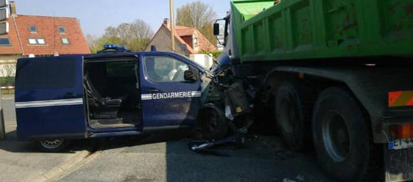 La camionnette des gendarmes accidentée.