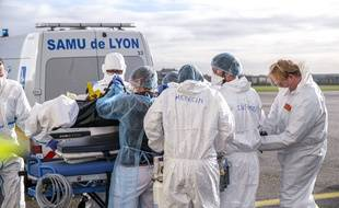 Un transfert de patients réalisé par le Samu de Lyon à l'aéroport de Lyon le 16 novembre.