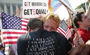 Un couple s'enlace pour célébrer les décisions de la Cour suprême sur le mariage homosexuel, le 26 juin 2013