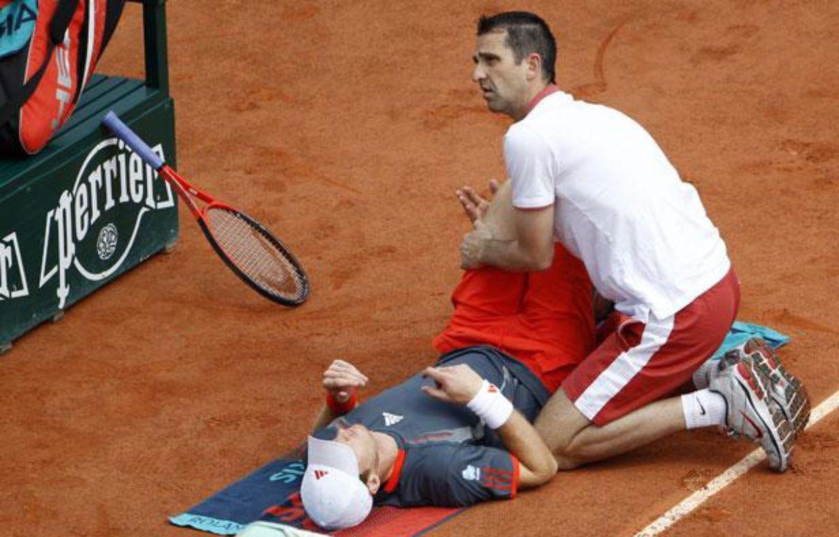 Le joueur Britannique Andy Murray, soigné pendant son match à Roland-Garros contre Jarkko Nieminen, le 31 mai 2012. – REUTERS