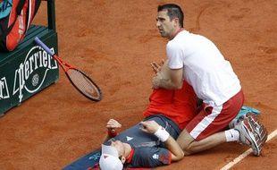 Le joueur Britannique Andy Murray, soigné pendant son match à Roland-Garros contre Jarkko Nieminen, le 31 mai 2012.
