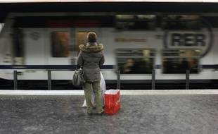 Une personne sur le quai de la ligne du RER A, le 19 décembre 2009 à Paris