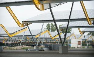 Bordeaux, 22 aout 2011. - Travaux d'installation de plaques photovoltaiques et abris pour les vehicules sur le parking du parc des expositions de Bordeaux Lac