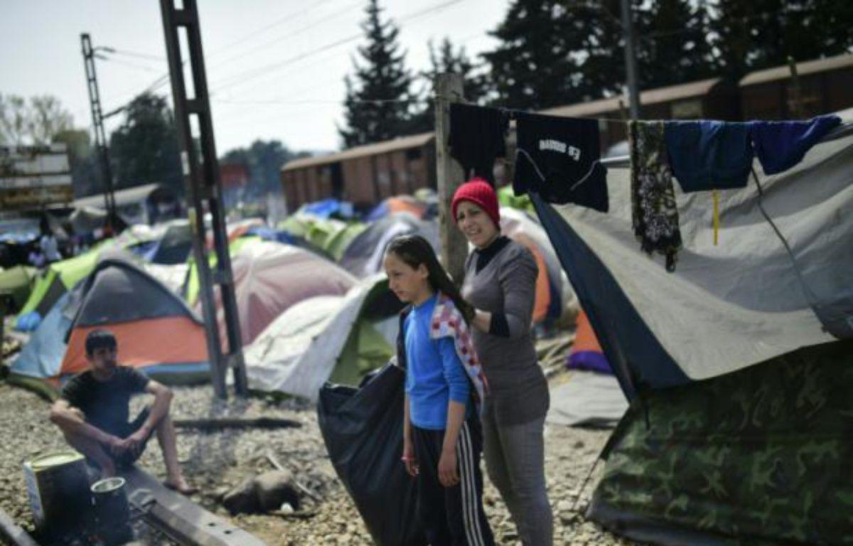 Des réfugiés à la frontière entre la Macédoine et la Grèce, dans le camp de fortune d'Idomeni en Grèce, le 1er avril 2016 – BULENT KILIC AFP