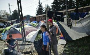 Des réfugiés à la frontière entre la Macédoine et la Grèce, dans le camp de fortune d'Idomeni en Grèce, le 1er avril 2016