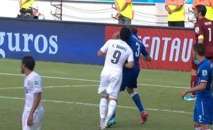 Luis Suarez mord Giorgio Chiellini lors du match Uruguay-Italie, le 24 juin 2014.