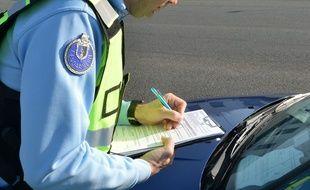 Un gendarme lors d'un contrôle d'attestation de déplacement le 20 mars 2020.