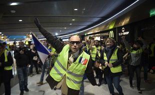 Des gilets jaunes manifestent lors d'une flashmob dans le Terminal 1 de l'aéroport Roissy Charles de Gaulle, le 9 mars 2019.