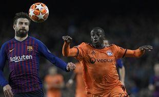 Ici à la lutte avec le défenseur catalan Gerard Piqué, Ferland Mendy a disputé son dernier match de Ligue des champions sous le maillot lyonnais en mars au Camp Nou.