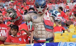 Un supporter du Chili déguisé en super-héros pour encourager son équipe contre L'Espagne, le 18 juin 2014, à Rio.