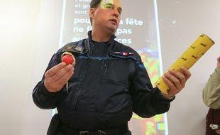 Opération de prévention et sensibilisation aux dangers des pétards au collège Rouget de l'Isle à Schiltigheim en présence de Nicolas Dominiak, chef de l'antenne de déminage de Strasbourg.  Le 16 décembre 2015.