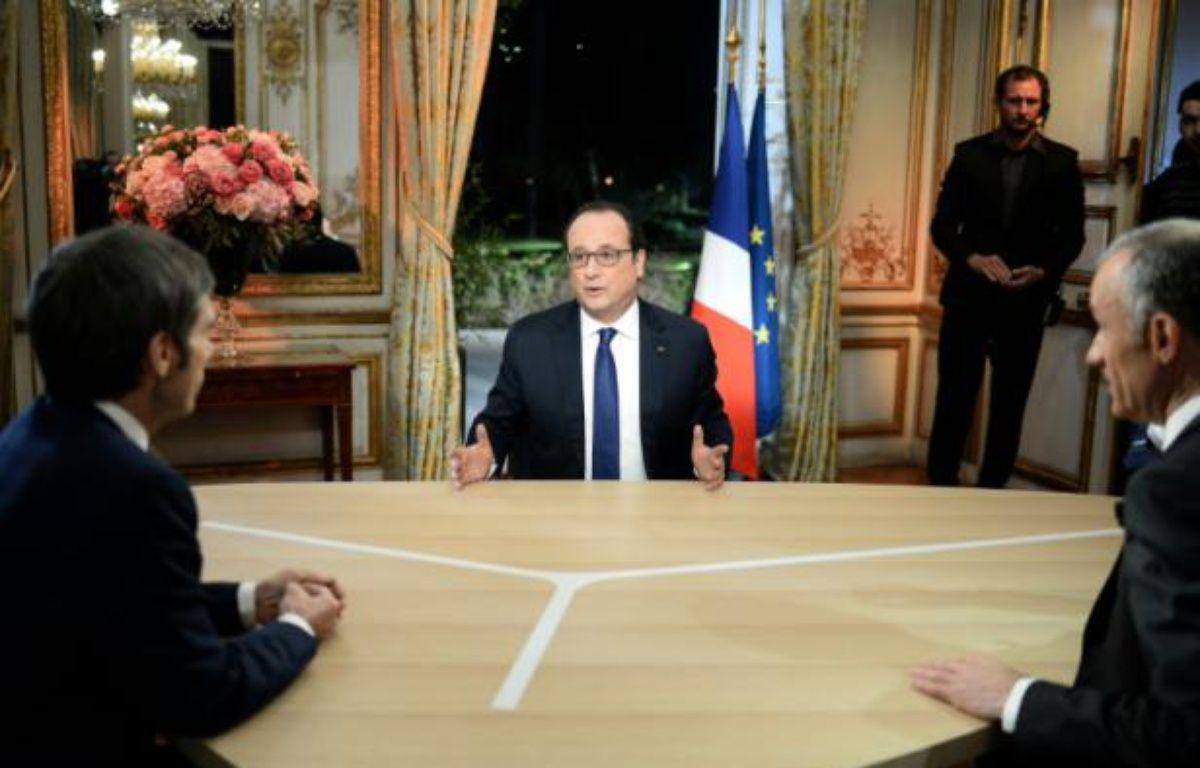 François Hollande face à David Pujadas et Gilles Bouleau lors de son intervention télévisée sur TF1 et France 2 le 11 février 2016 depuis l'Elysée à Paris. – STEPHANE DE SAKUTIN POOL