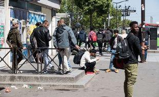 Des hommes porte de la Chapelle à Paris, le 09 mai 2017.