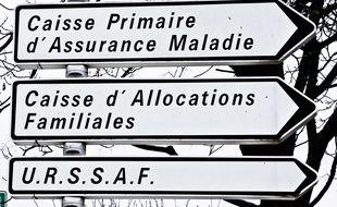 Des panneaux indiquant la caisse primaire d'assurance maladie, la caisse d'allocations familiales et l'Urssaf France. (Illustration)