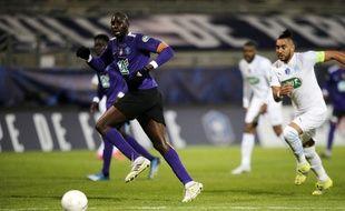 Le joueur du Canet Diade Diarra face à Dimitri Payet lors de Canet-OM, le 7 mars 2021.