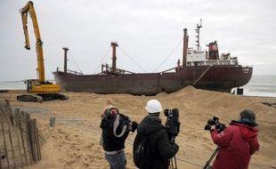 Le découpage du cargo TK Bremen, échoué depuis le 16 décembre sur la plage d'Erdeven (Morbihan) lors de la tempête Joachim, qui devait débuter vendredi, doit finalement commencer samedi matin, a-t-on appris auprès de la préfecture du Morbihan.
