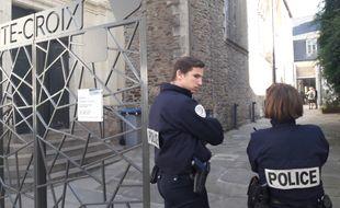 La police sécurise les accès à l'église Sainte-Croix.