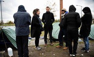 Ugo Bernalicis et Mathilde Panot lors d'une précédente visite à Calais, en novembre 2019. (archives)