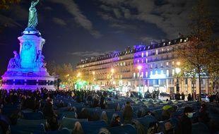 Plusieurs centaines de migrants montent un campement place de la République à Paris.