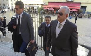 Le bijoutier de Nice, Stephan Turk, et ses avocats sur les marches du palais de justice de Nice.