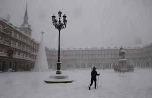 Une femme à skis traverse la Plaza Mayor de Madrid après des fortes chutes de neige, en Espagne, le 9 janvier 2021.