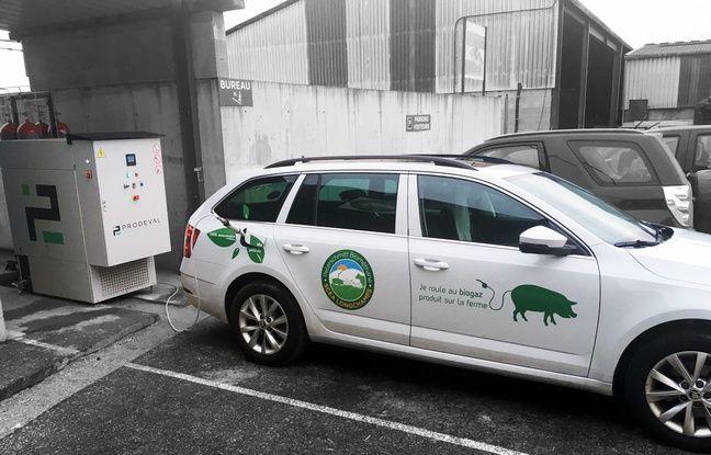 Le véhicule hybride des frères Peterschmitt en pleine recharge de carburant renouvelable avec leur station installée sur le site de leur ferme.