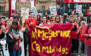 Les salariés de McDonald's ont manifesté à proximité du Parlement britannique, à Londres.